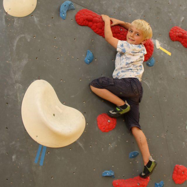 Paul freut sich beim Kinder Bouldern