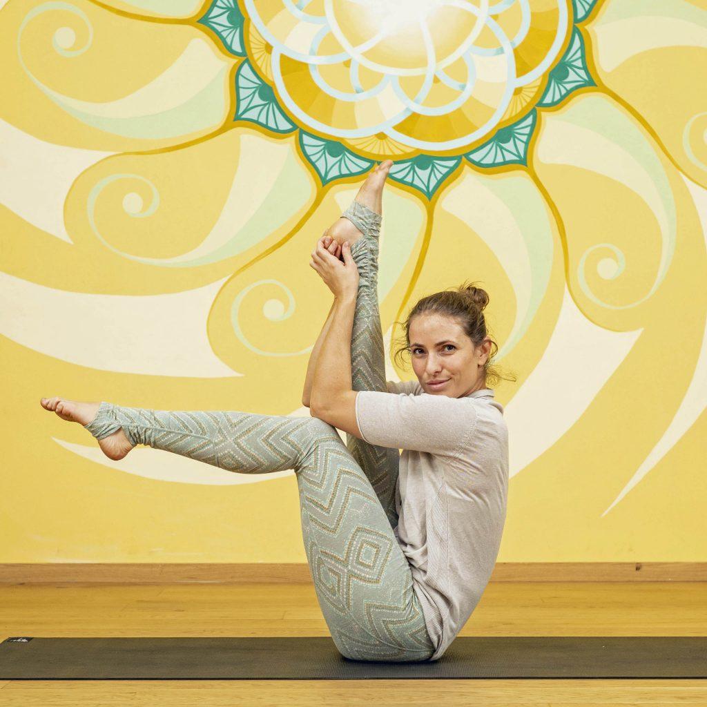 Yogalehrerin Mayte Radek in Navasana Variation