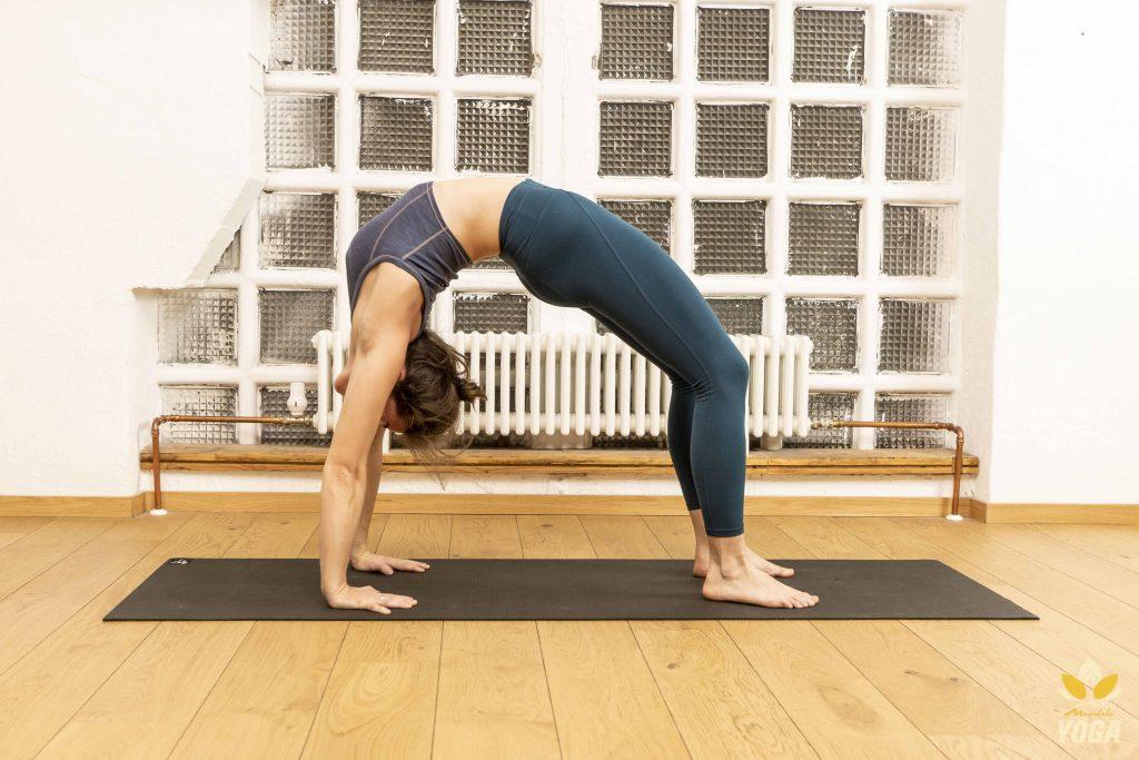 Yogalehrerin Mayte in Urdva Dhanurasana