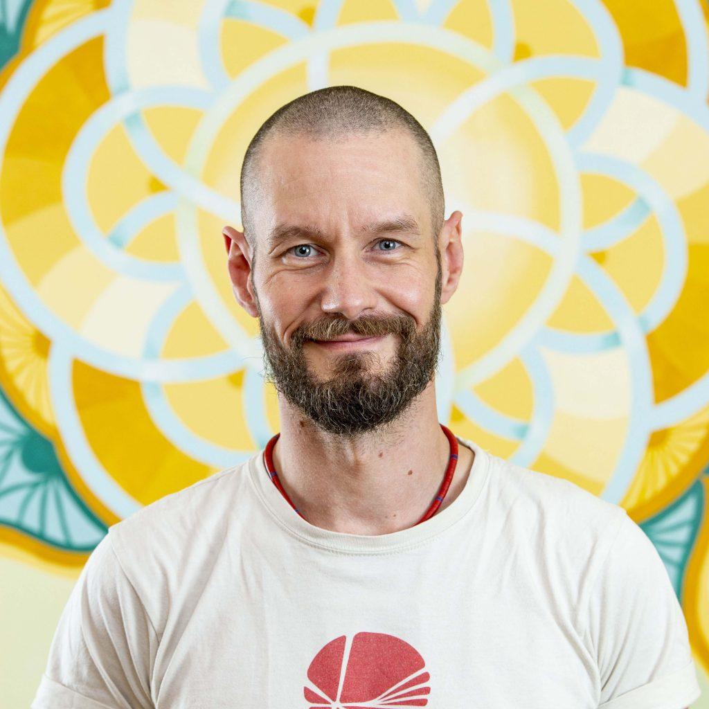 Yogalehrer Moritz Neubauer Portrait